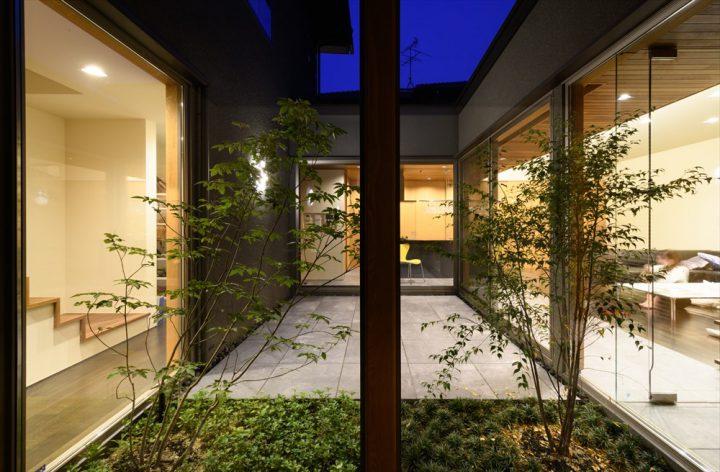 玄関から眺めた中庭のライトアップとLDK