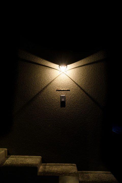 真鍮の照明は夜になるとかっこいい影を落とします