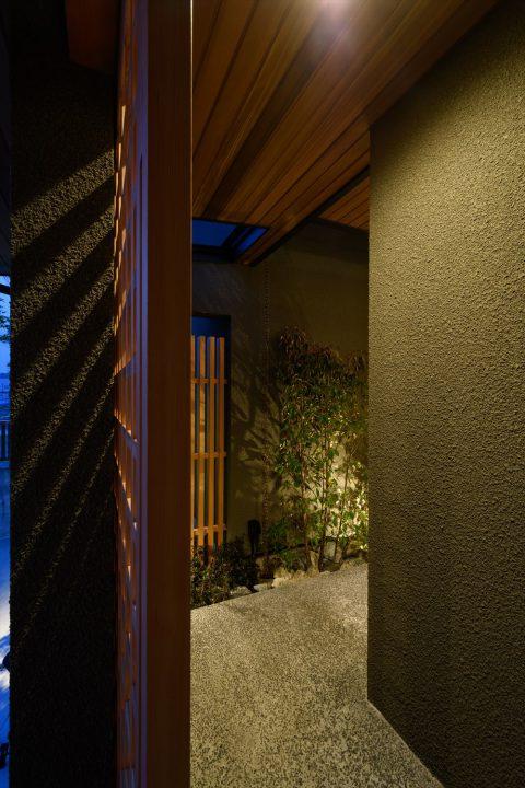 料亭のような雰囲気の夜の玄関