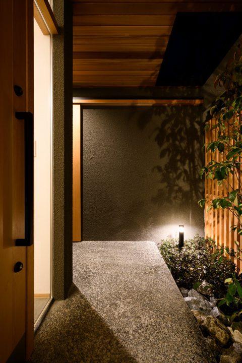 照明が演出する夜の玄関とアプローチ