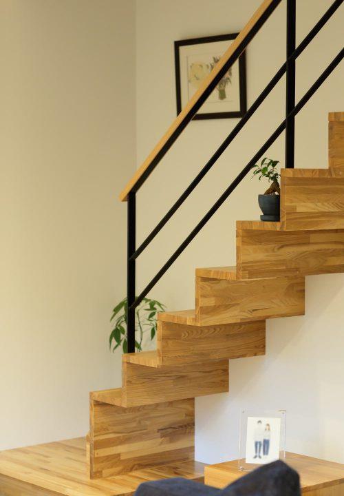 リビング階段もインテリアや植物を飾って楽しめる