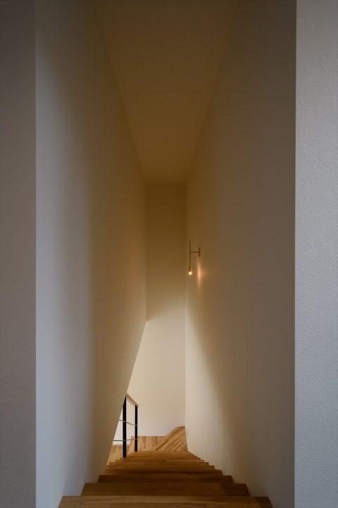 華奢な照明がポイントの階段