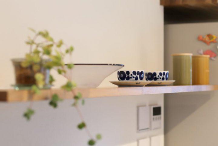 キッチンの飾り棚には北欧雑貨を飾って楽しむ