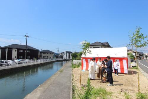 岡山市中区海吉に建築がスタートした三角形の理容室STAYの敷地前にある川