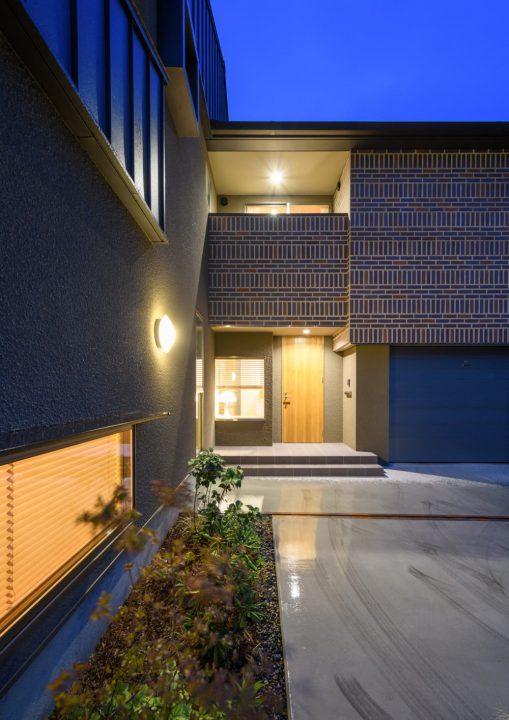 夜の幻想的な玄関と外構