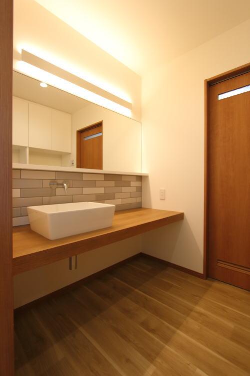 タイルが高級感あるかっこいい洗面室