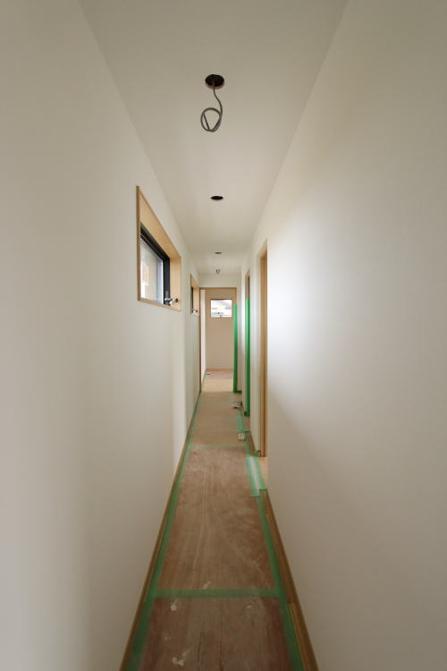 大きな窓で明るい2階廊下