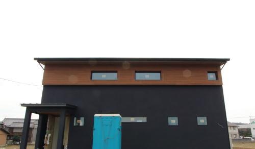 木目調と吹付のツートンカラーの外壁