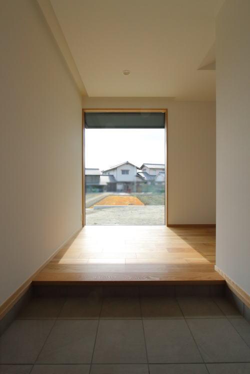 大きなFIX窓で視界が抜ける贅沢な玄関ホール