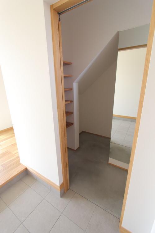 玄関横の収納は階段下のスペースを利用しベビーカーなどの大きなものも収納できる