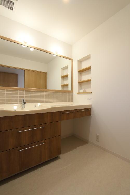 一度に2人で使える大きな洗面スペース
