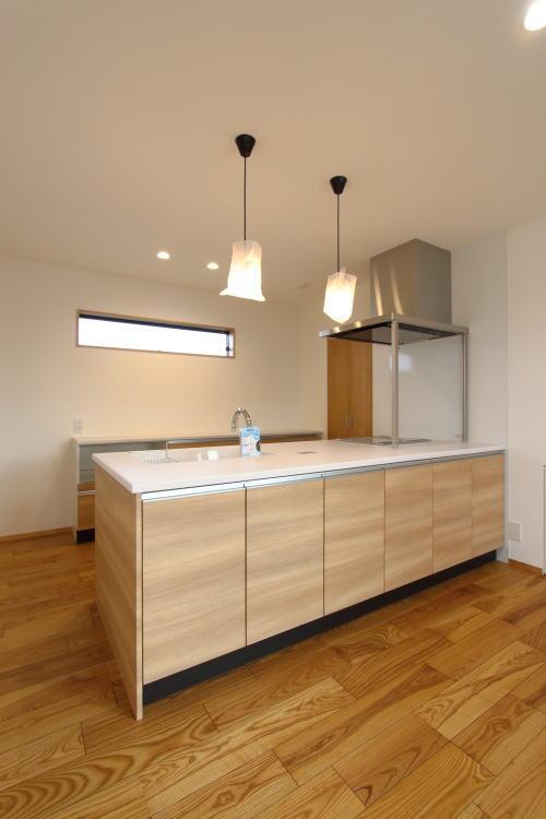 キッチンは木製で柔らかい印象に