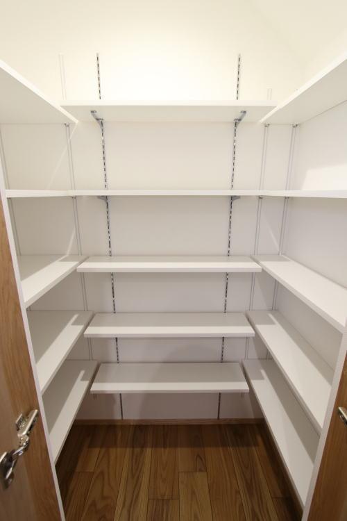 パントリーの中は小さい棚を組み合わせ無駄のない空間