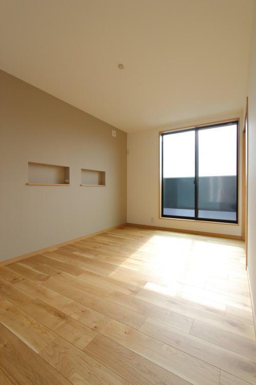 グレージュで優しく落ち着く印象の寝室