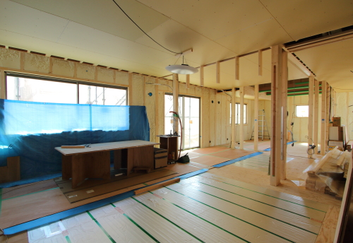 床暖房が見える木工事風景