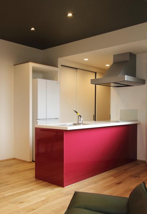 存在感のある赤いキッチン