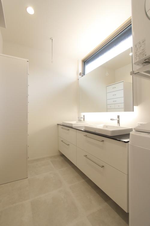 ホテルライクなダブルボウルの洗面スペース