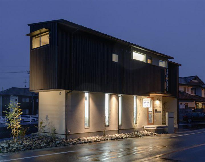 岡山市中区の人気ヘアサロンSTAYのカッコイイ夜の外観