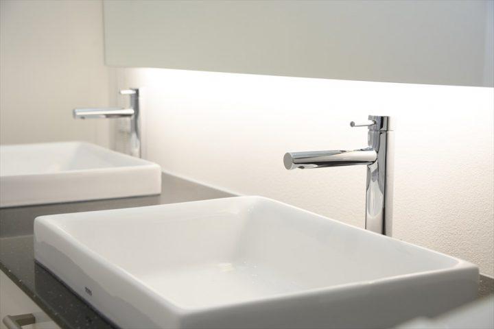 ホテルライクなダブルボウルのモノトーンな洗面室