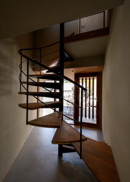らせん階段とガラスで洗練されたお店のようなデザインの玄関