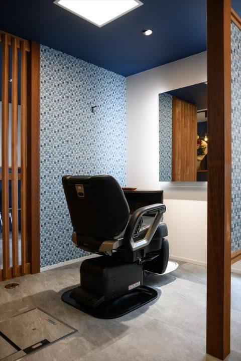 ブースを間仕切りで半個室に区切り、プライベート感のある客席