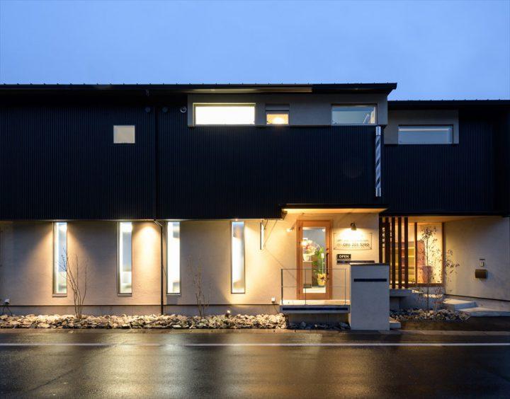 ライトアップされた植栽や外壁が印象的な住宅外観