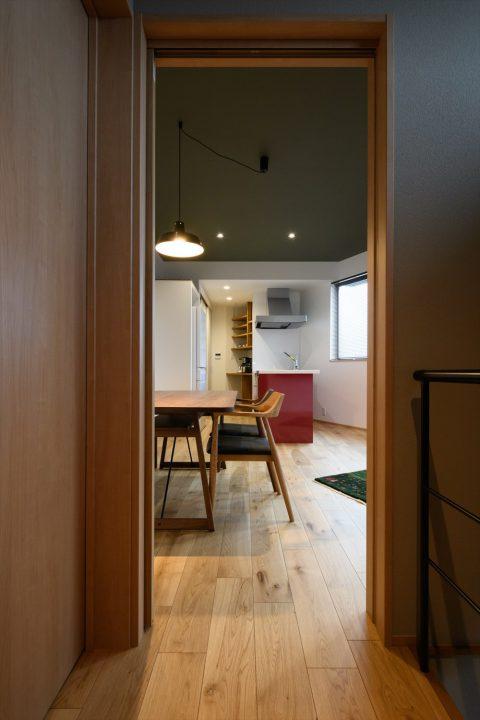 アクセントクロスや赤いキッチンなどの色遣いが楽しい2階LDK