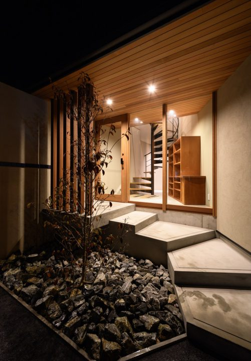 夜はガラス越しにライトアップがきれいな玄関とらせん階段