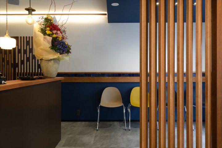 青や茶色、グレーなどアクセントカラーを使い、スッキリカッコイイ空間の店内