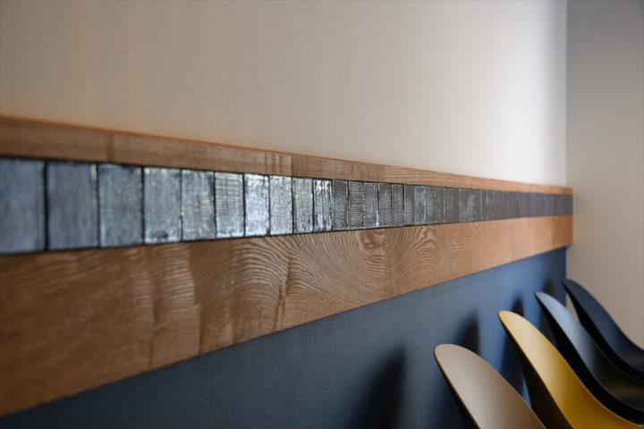 ツヤのある青いタイルをラインとして壁に取り入れている