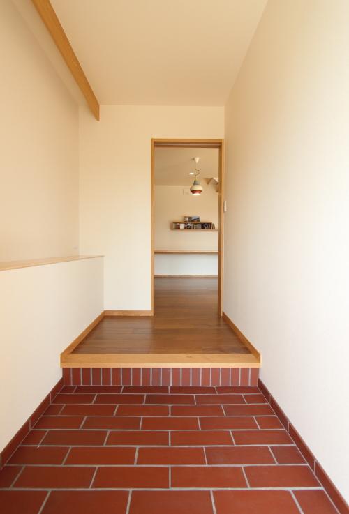 赤茶のタイルがあたたかくかわいい雰囲気の玄関