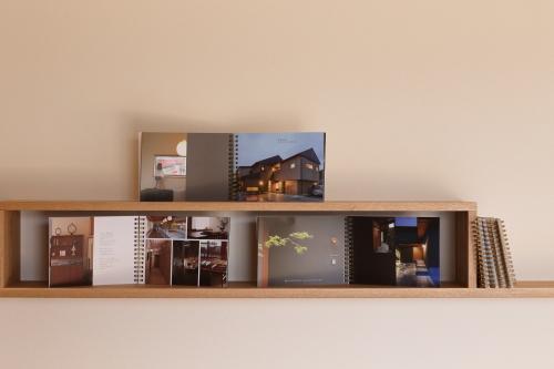造り付けのかわいい木製飾り棚