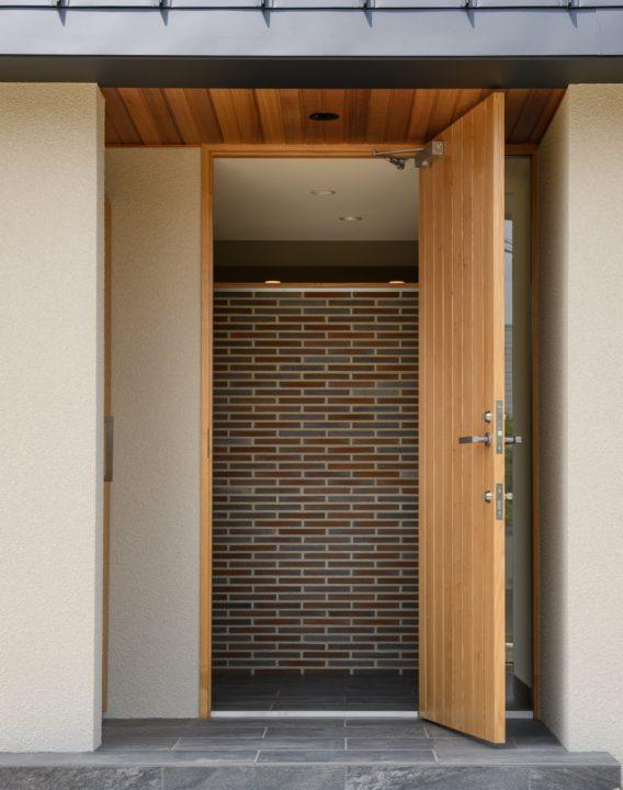 岡山市の注文住宅Wall Dsignの重厚感のある玄関
