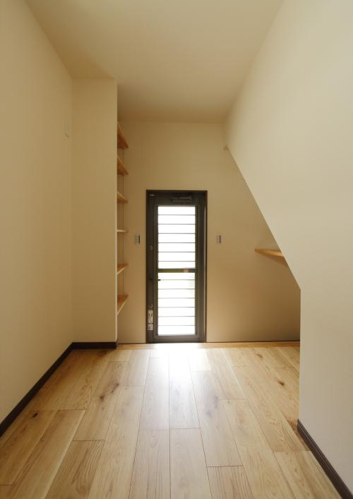 階段下は収納やランドリールームなど多目的に使えます