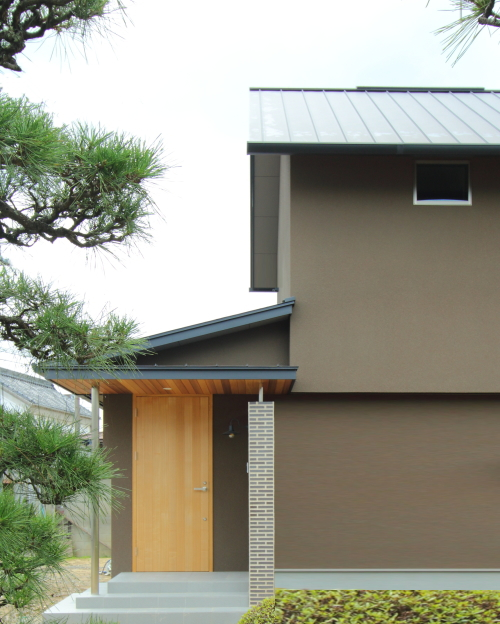 倉敷市に完成した注文住宅、白楽町の家のシンプルな切妻屋根の外観写真