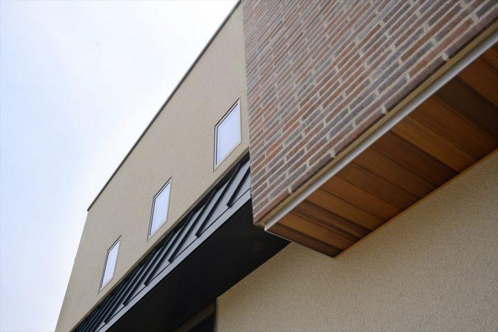 岡山市の注文住宅Wall Dsignの木やステンレス、ガルバなどの素材を贅沢に使った住宅外観