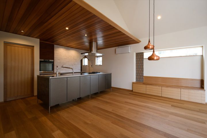 岡山市の注文住宅Wall Dsignの迫力があるダイニングキッチン