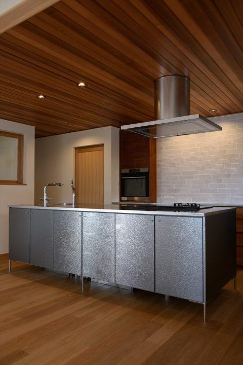 岡山市の注文住宅Wall Dsignの板張り天井と存在感のあるトーヨーキッチンのアイランドキッチン