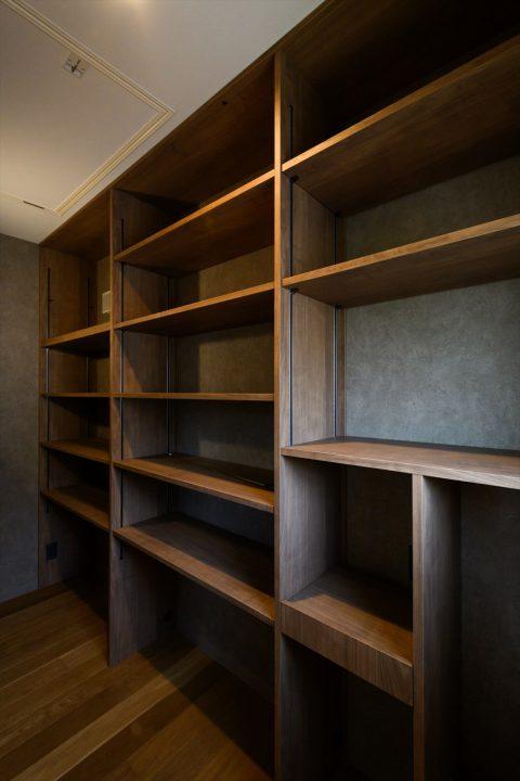岡山市の注文住宅Wall Dsignのキッチンからつながる大容量のパントリー収納