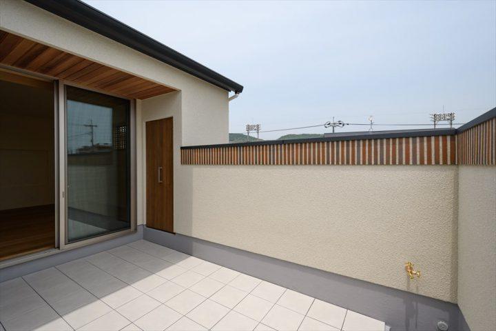 岡山市の注文住宅Wall DsignのBBQができる広々としたタイルのテラス