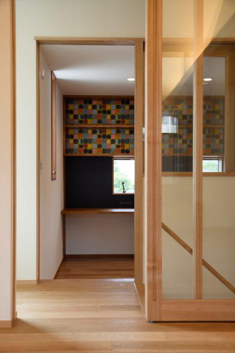 岡山市の注文住宅Wall Dsignの木とガラスの組み合わせがきれいな廊下