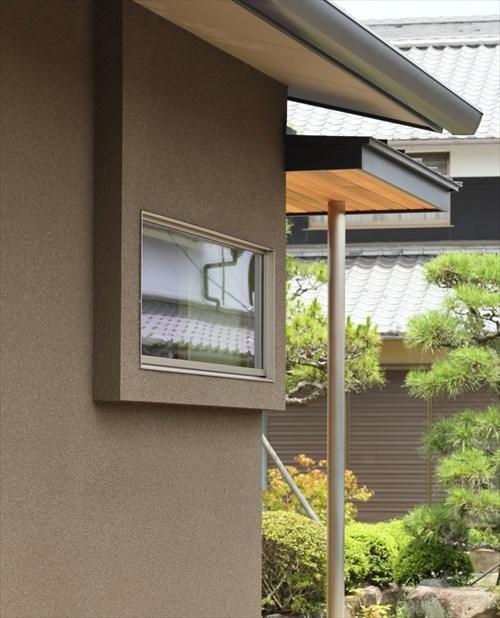 外観のポイントにもなる玄関のシンプルな出窓