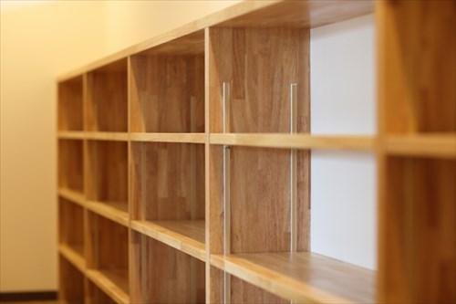 廊下に造りつけた大きな本棚
