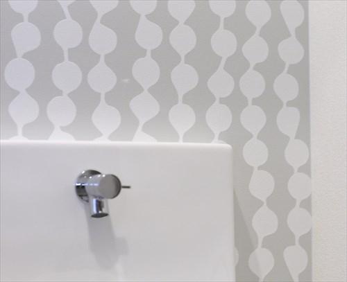 北欧風の模様がかわいいトイレのアクセントクロス