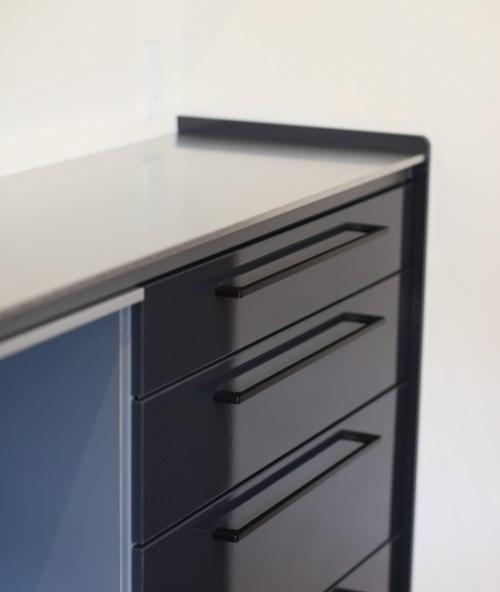 キッチンと合わせた黒い背面収納