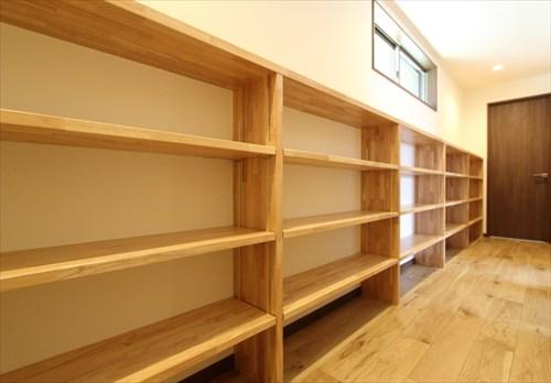 廊下の壁一面に造りつけた本棚収納