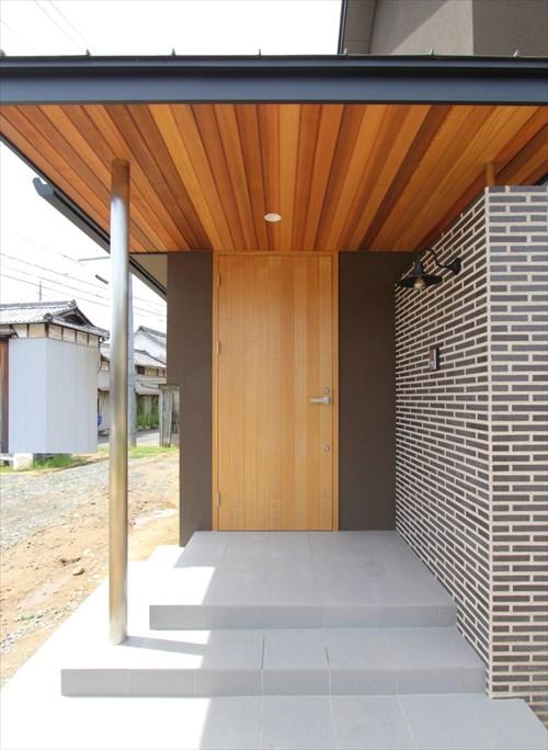 板張りやタイルなど高級感のある玄関アプローチ