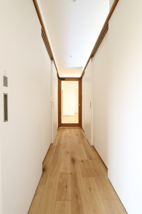 ドアをすべて閉めると真っ白で統一される廊下