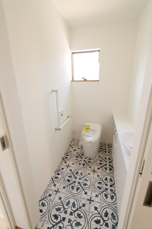 清潔感あふれる青と白を基調にした爽やかなトイレ