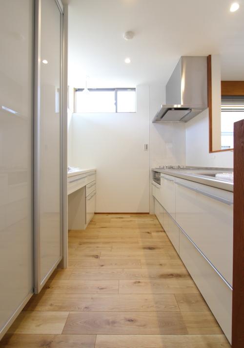 シンプルで使い勝手のいい白いキッチン